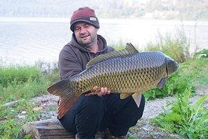 Považskobystričan Vladimír Lovíšek ulovil v stredu v noci na Nosickej priehrade takmer 15-kilogramového kapra s dĺžkou 93 centimetrov.