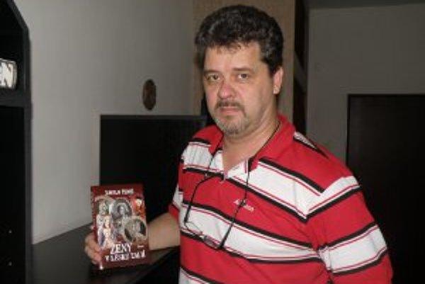 Jaroslavovi Pernišovi vyšla nová kniha Ženy v lesku ľalií.