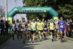 Víťazom hlavnej kategórie na 15 km sa stal Imrich Magyar (s číslom 32 v ľavej časti).
