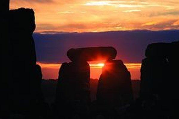 Východ slnka počas osláv letného slnovratu tesne po 4.52 SELČ 21. júna v anglickom pravekom komplexe Stonehenge. Zišlo sa tam okolo tridsaťpäťtisíc ľudí