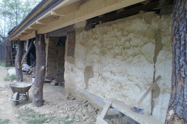 Starý dom dostal nový krov a netradičné dubové oporné stĺpy.