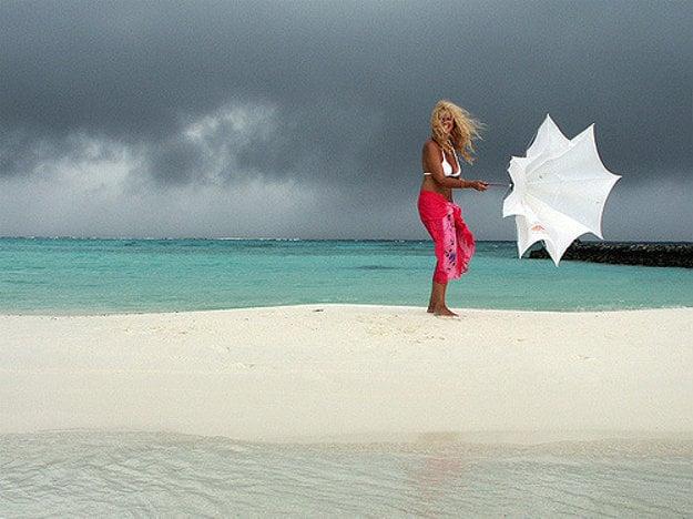 Na Maldivoch si ľudia z Európy môžu užívať tropické leto.