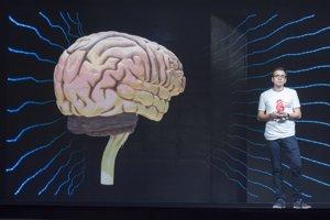 Študent medicíny Samuel Vitko prednáša pri nadrozmernom 3D holograme mozgu.