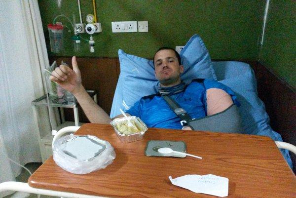 Ján Urbančík so zlomenou rukou z expedície Vietnamsko.sk v nemocnici v Kathmandu čaká na operáciu