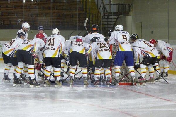 Hokejisti HK 91 Senica pred zápasom.