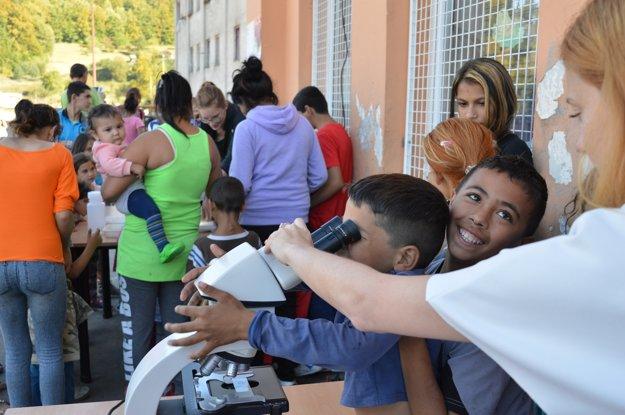 Pozorovanie cez mikroskop pritiahlo v osade aj rodičov a malých súrodencov školákov.