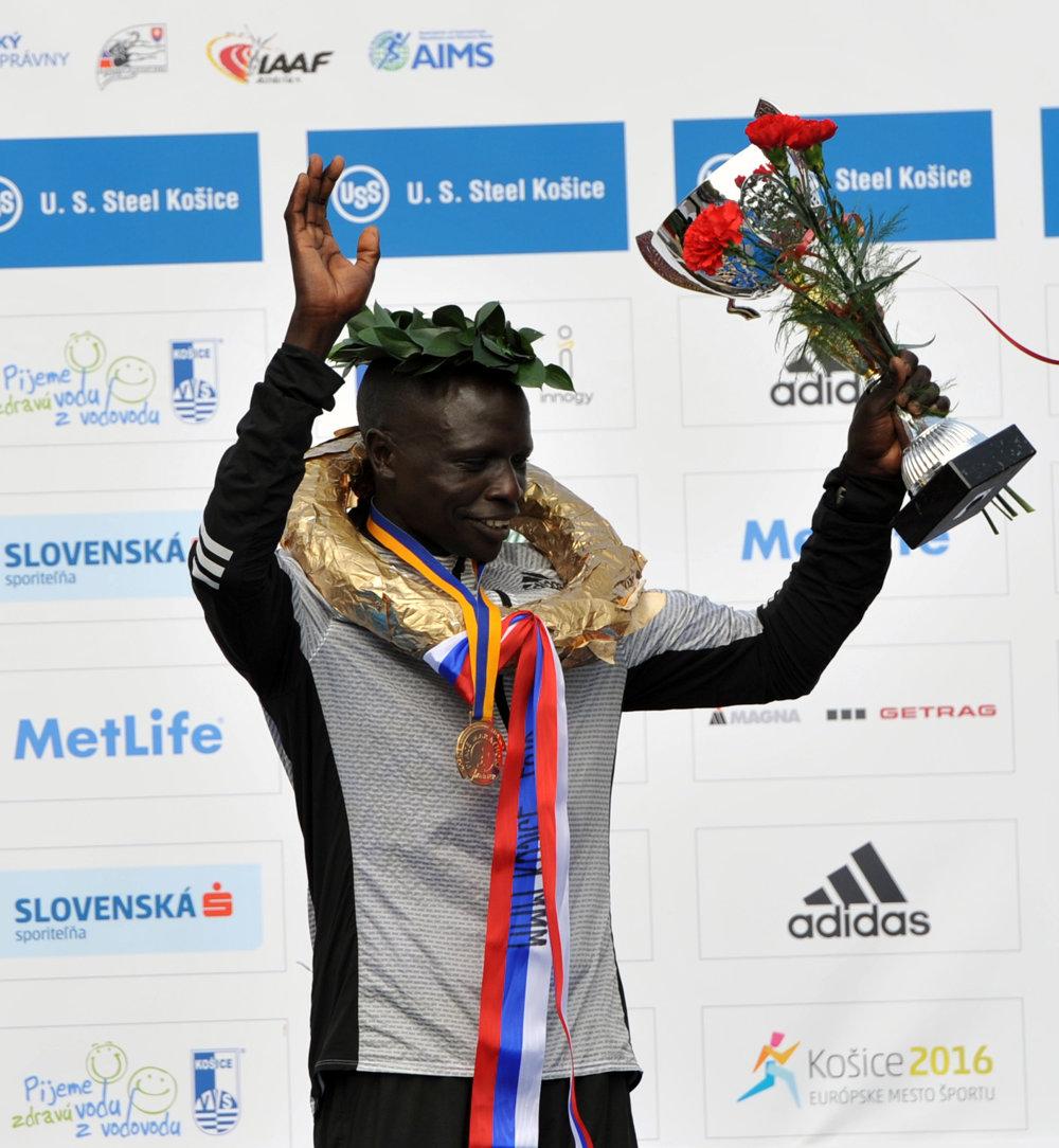 Víťaz hlavnej kategórie mužov David Kemboi Kiyengi z Kene.