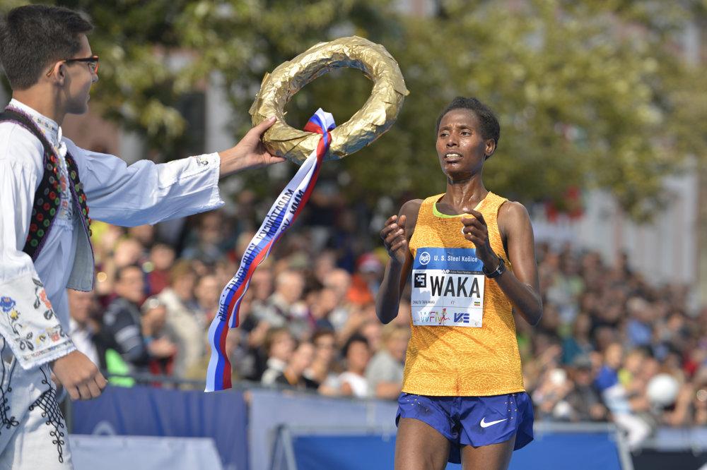 Na snímke v cieli víťazka MMM v kategórii žien Chaltu Tafa Waková z Etiópie.