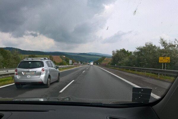 Takýto obraz je skôr výnimočný. Stavebné práce na diaľnici si vyžiadali obmedzenia rýchlosti.