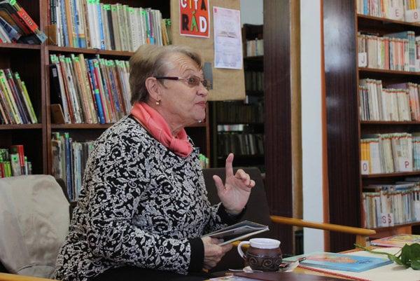 Ružena Anďalová v knižnici.