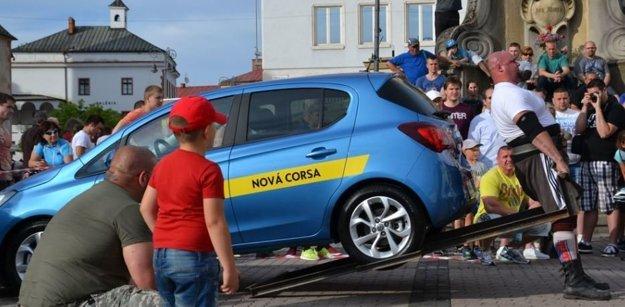 Mŕtvy ťah s autom patrí medzi disciplíny, v ktorých Milan dominuje.