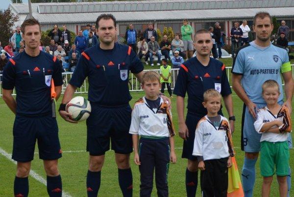 Domáci kapitán Šimonovian Miroslav Oršula (vpravo) s rozhodcovskou trojicou pred zápasom s Ružomberkom.