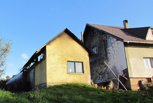 Zničená zateplená fasáda domu.