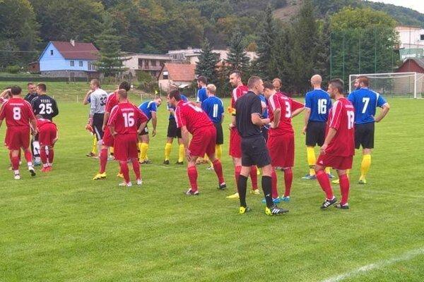 priechod (v červenom) nezvládol zápas na pôde Hontianskych Nemiec.