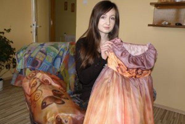Katarína Zaťková vytvára z hodvábu hlavne šatky, ušila už aj šaty.