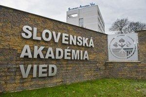 Slovenská akadémia vied je v rámci krajín V4 jedinou akadémiou, ktorá neprešla transformáciou na verejno-právnu formu.