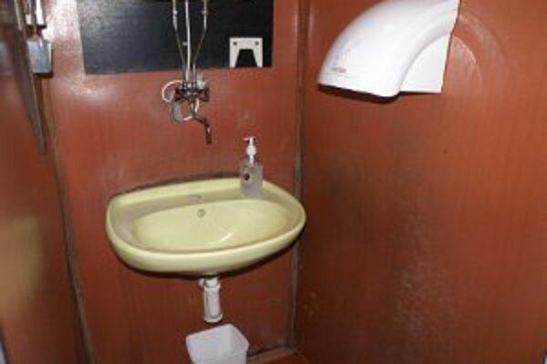 Toalety v strede zoo sú najstaršie v záhrade. Ich vzhľad nie je najlepší, aj keď sú udržiavané.