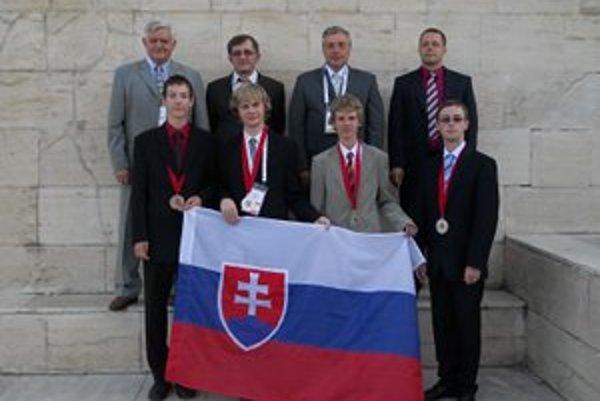 Roman Kučera (v dolnom rade vľavo) si v Turecku vybojoval bronz.