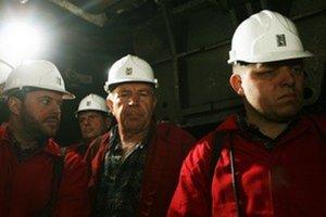 Povzbudiť  baníkov po tragédii, keď v Handlovej zahynulo20 mužov, prišiel v septembri 2009 Robert Fico (vpravo). Sfáral s ním aj Vladimír Jánoš (vľavo).
