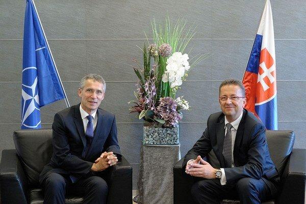 Na rokovaní v Bruseli sa zúčastní aj slovenský minister Glváč (vpravo).