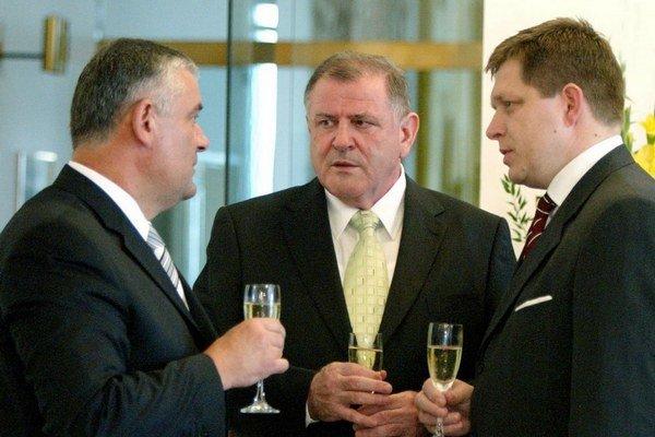 Ako prvých koaličných partnerov si v roku 2006 Robert Fico zo Smeru vybral nacionalistickú SNS Jána Slotu a HZDS Vladimíra Mečiara, ktoré počas svojich vlád dostalo Slovensko do izolácie.