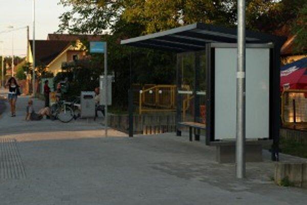 Na stanici v Novákoch sú vybudované nové zastávky.