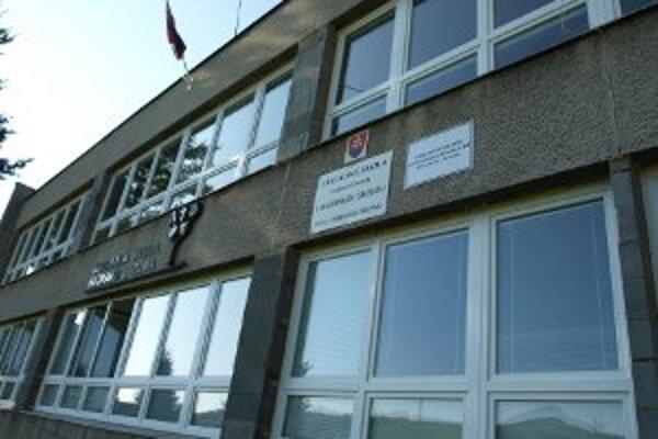 Na budove školy v Chrenovci-Brusne sú nové okná.