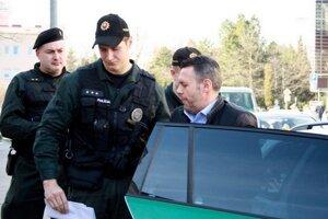 Vyšetrovanie podozrenia z domáceho násilia v prípade exposlanca Jánoša sa stále neskončilo.