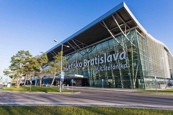Na bratislavské letisko sa pre poškodený podvozok muselo vrátiť lietadlo, ktoré smerovalo do Londýna.