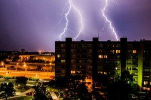 Nočná búrka nad Bratislavou.