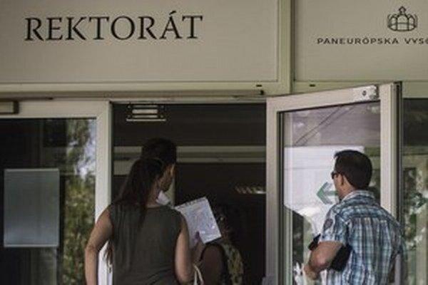 Ministerstvo školstva podalo námietku voči sudkyni Anne Peťovskej, ktorá dočasne povolila opäť prijímať nových študentov.