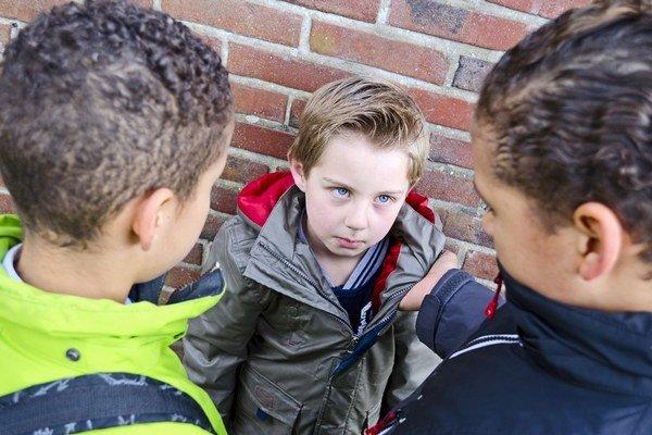Jedným zo znakov šikany je nepomer síl medzi agresorom a obeťou.