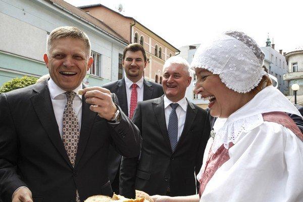 Premiéra Roberta Fica privítali v Ružomberku chlebom a soľou.