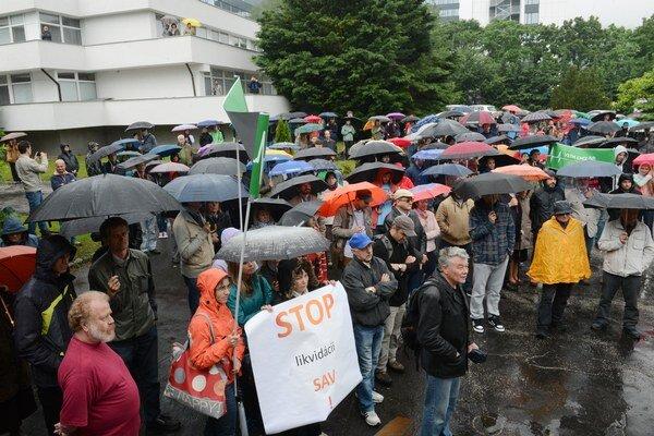 Na snímke pohľad na protestné zhromaždenie, v popredí transparent s nápisom STOP likvidácii SAV.