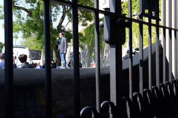 Občianski aktivisti obalili vstupnú bránu do areálu Bratislavského hradu čiernym súknom.