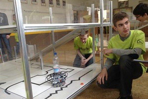 O podporu pre svojich žiakov v robotickej súťaži na cestu do Číny požiadali tri školy.