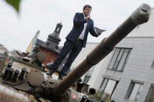 Alojz Hlina takto stál na pristavenom tanku pred vilou pod hradom, v ktorej býval Vasiľ Biľak.