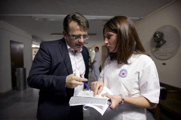 V roku 2011 lekári výpoveďami vyvinuli účinný nátlak na vládu Ivety Radičovej. Ministrom zdravotníctva bol Ivan Uhliarik z KDH.