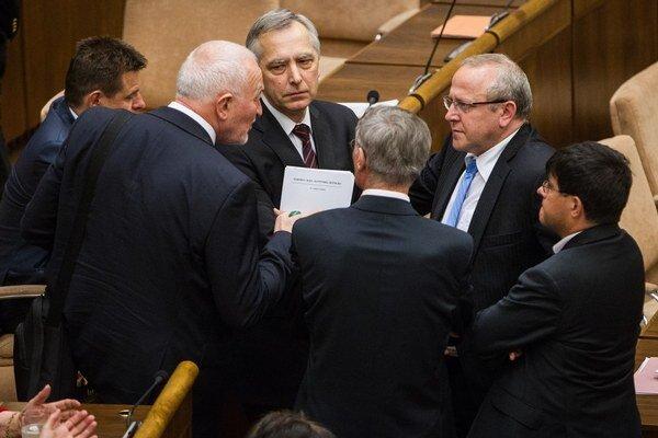 Poslanci opozičných strán boli aj včera nezvyčajne družní.