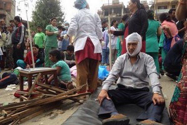Zemetrasenie v Nepále pripravilo o život viac ako tritisíc ľudí.