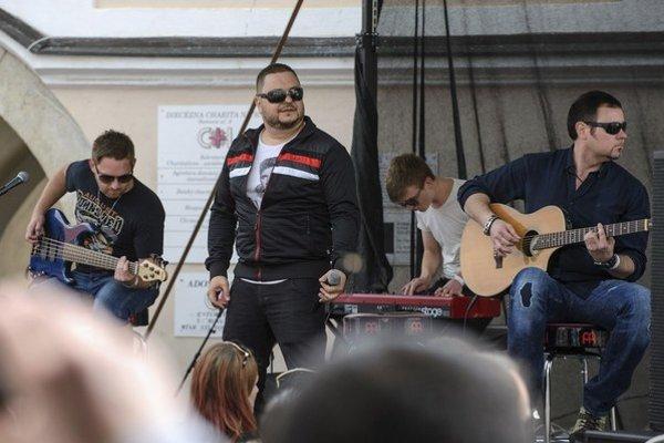 V teplákoch spevák skupiny Desmod Mário Kollár.