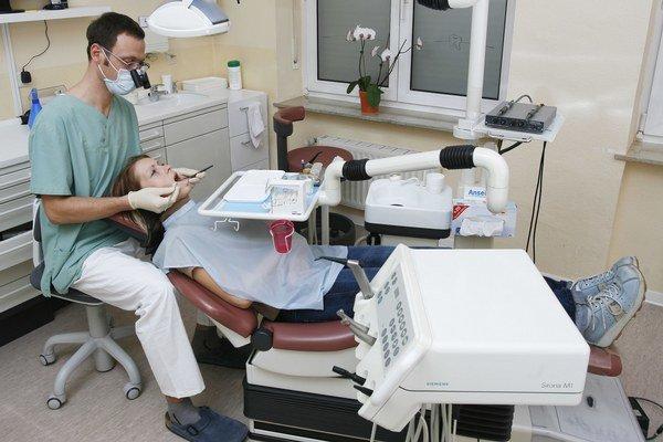 Ak dnes zubár pacienta s HIV zoberie, musí ísť do ambulancie ako posledný.