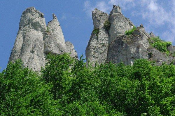 Súľovské skaly sú  Chránenou krajinnou oblasťou Strážovských vrchov.