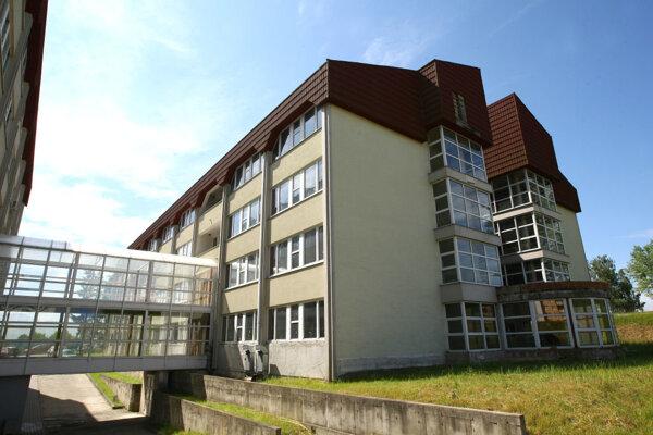 Pavilón B žiarskej nemocnice začali stavať v roku 1991, dodnes neslúži svojmu účelu a chátra.