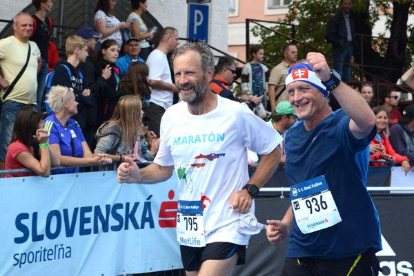 Kňaz Peter Gombita (vľavo) na košickom maratóne.
