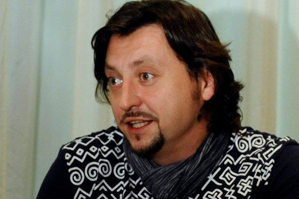 Lukáš Latinák je jedným z piatich hercov, ktorí účinkujú v hre Na koho to slovo padne.