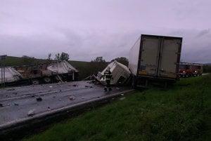 Zrážka dvoch kamiónov. Stala sa v Lade pri Prešove.