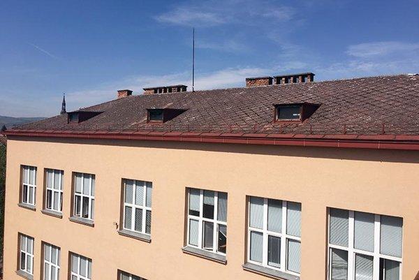 Stará strecha gymnázia bola v zlom stave.
