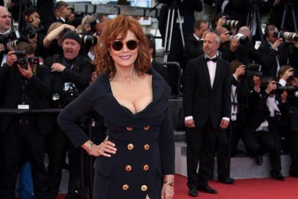 Na sedemdesiat rozhodne nevyzerá. V máji takto očarila Cannes na červenom koberci.