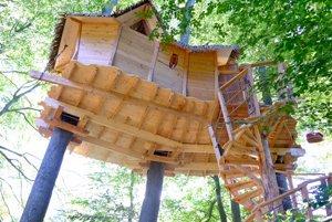 Tree house, alebo domček na strome sa nachádza pod Kačínom.